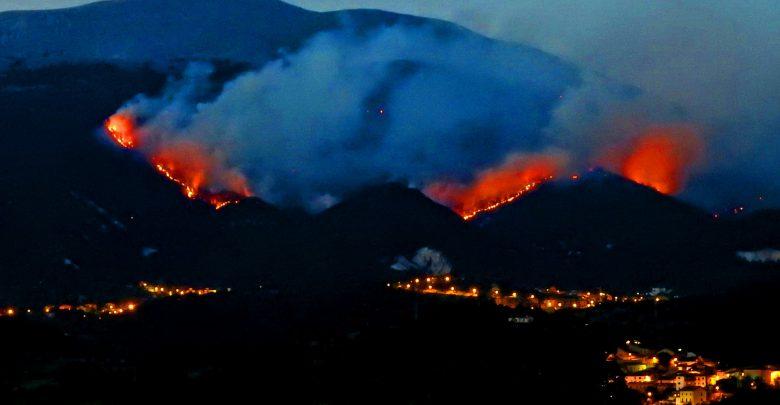 L'Aquila in ginocchio davanti al vasto incendio